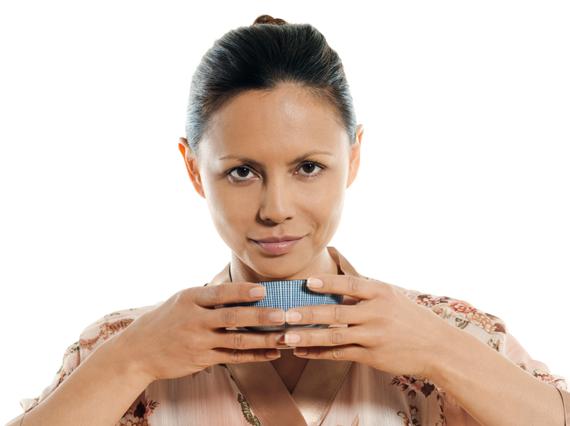 Frau die Matcha Tee trinkt