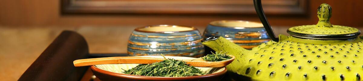 Japanische Gusseisenkanne mit Grünem Tee
