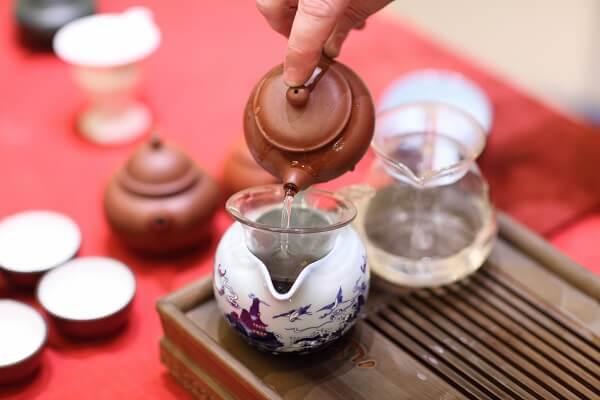 Weißer Tee in Tonkanne