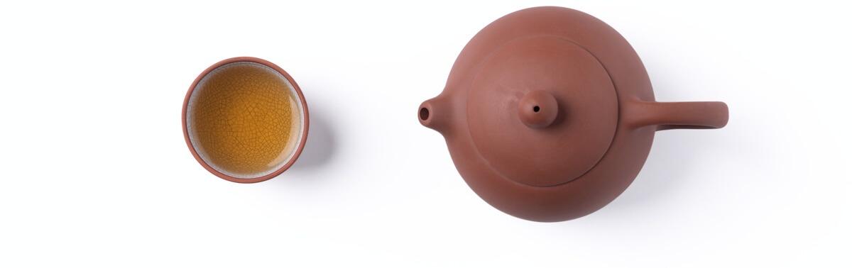 Teekanne aus Ton und Schwarztee
