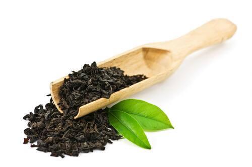 Teeblatt und Schwarzer Tee