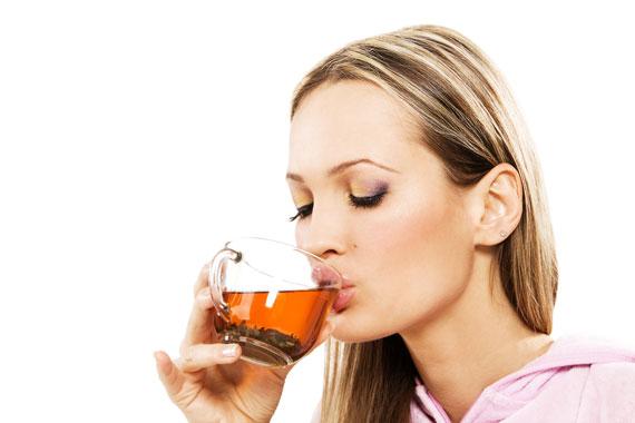 Frau mit Tasse Rooibos Tee