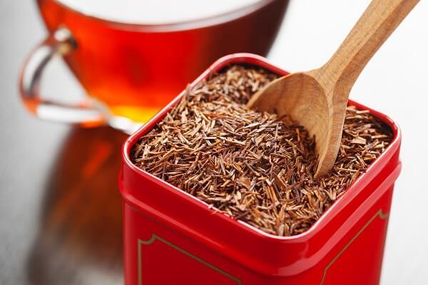 getrockneter Rooibos Tee in einer Dose